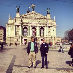 Foto: Victoria Nilsson - Jacob och Andreas framför Operan i Lviv